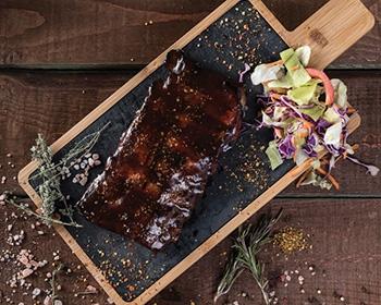 Coaste de porc în sos BBQ